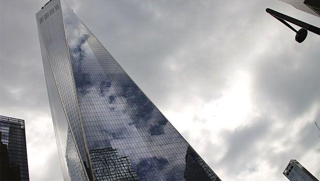 El One World Trade Center es, con sus 541.32 metros de altura, el edificio más alto de Estados Unidos. Un título no exento de polémica que le disputa la Torre Willis, de Chicago. La azotea de la torre está, no por casualidad a 417 metros. Es la altura de las antiguas Torres Gemelas. http://lonelyplanet.es/blog-nueva-york-desde-el-nuevo-one-world-observatory-459.html  Foto: Marino Holgado