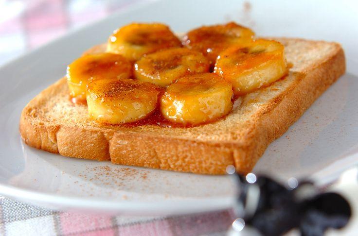 キャラメルバナナトースト  バナナは加熱する事でねっとりと甘みが増します。香ばしいキャラメルにからめてトーストの上へ…。おやつはもちろん、甘い物が食べたい時の朝食にもオススメ。キャラメルバナナトースト/増田 知子のレシピ。[菓子パン/食パン]2012.01.11公開のレシピです。