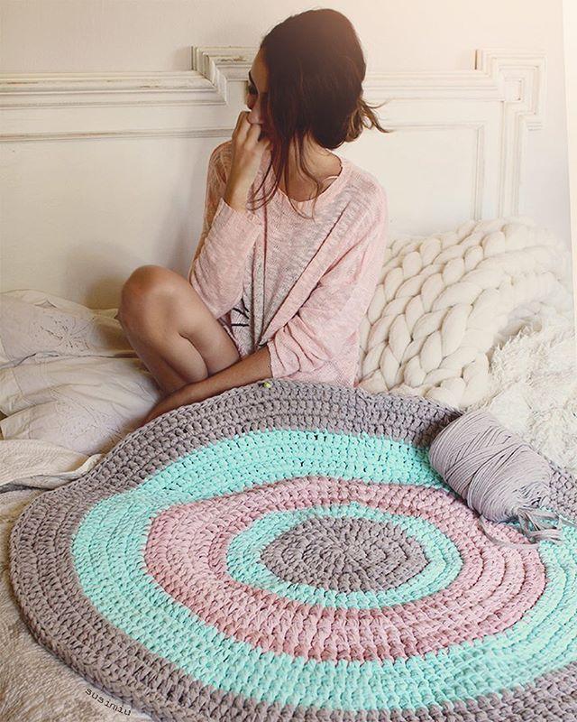 Si la combinación es bonita, nada más importa Esta combinación de colores está inspirada en una preciosa alfombra que ha tejido hace poco @jhoannarola . Desde que la vi, me encantó la combinación; y también a vosotras , así que aquí la tenéis ❤️ #susimiu #pink #mint #handmade #cute #design #kids #baby #trapillo #crochet #ganchillo