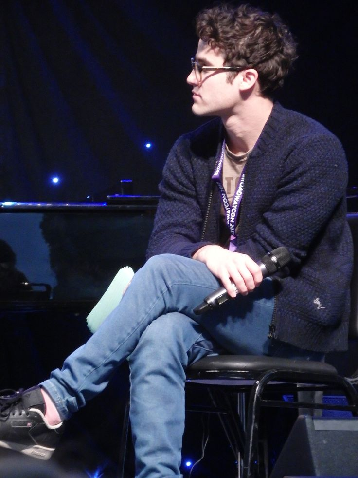 Darren Criss moderating the Speech & Debate panel at BroadwayCon 2017 January 28, 2017