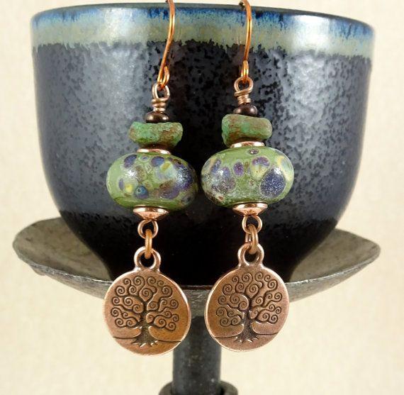 Levensboom oorbellen met ambachtelijke handgemaakte Lampwork kraal - One of a Kind - olijfgroen en koperen oorbellen - rustieke Artisan oorbellen
