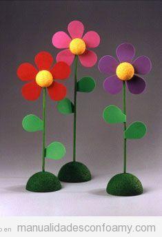 Bonita manualidad de goma eva. Se trata de unas flores de foamy con base o soporte. Son ideales para colocar en ventanas, jardines o para decorar habitaciones de niños. La base se puede hacer con m…