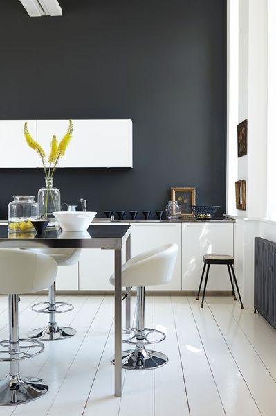 Un gris profond sur les murs d'une cuisine blanche
