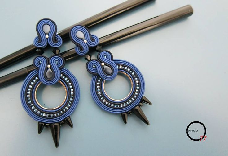 Orecchini soutache blu cobalto e blu scurissimo, perline rocailles, gocce in vetro, swarovski bicono e Spikes vetro nere. Design Giada Zampar -Opificio77-