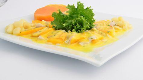El tiradito es un plato peruano de pescado crudo, cortado en forma de sashimi y de aspecto similar al carpaccio, en una salsa picante fría y ácida.