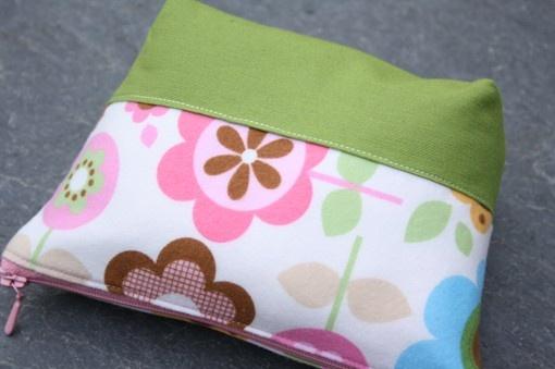 flowers flannel/grass green  zipper bag by onnaBandA on Etsy, €21.00
