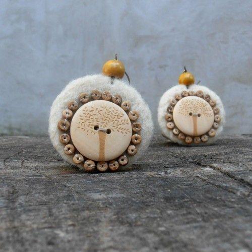 Náušnice / Earrings / Orecchini.  Velké, ale přesto lehoučké náušnice. Podklad plstěn jehlou z ovčího rouna, doplněny dřevěnými knoflíky, kokosovými korálky a dřevěnými korálky....