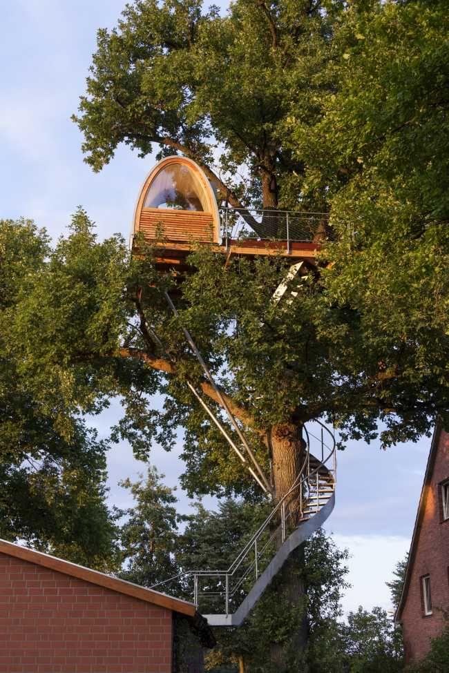 Tento treehouse ponúka výhľad do okolia a priamo z lôžka dokonca aj na nočnú lesnú oblohu.