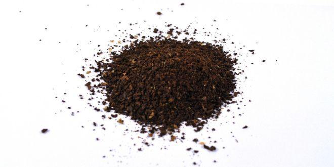 diy natural coffee face mask Meng 3 eetlepels koffiedik (zo vers mogelijk, maar let op dat het wat is afgekoeld, anders brand je je huid) met 1 eetlepel honing. Smeer het op een schoongemaakt gezicht en ga even lekker 20 minuutjes met het masker op op bed liggen. Spoel het masker na 20 minuten als scrubbend af met lauwwater. Gebruik je favoriete tonic en dagcrème.