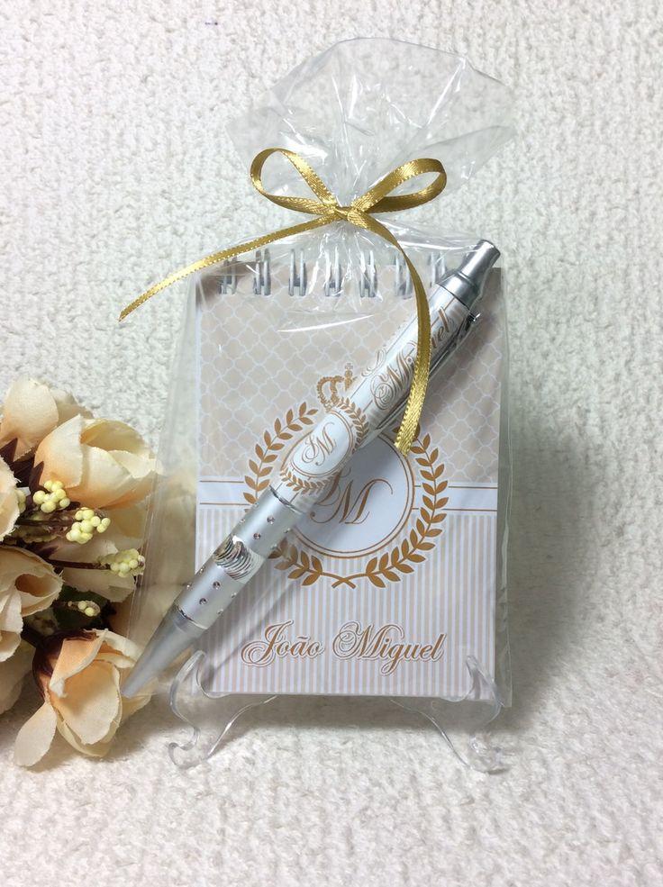 BLOQUINHO PERSONALIZADO  Tamanho 7 x 10 cm  Capa e Contra capa Personalizada (Papel Glossy 260g/m³)  Folhas internas brancas (50 folhas)  Wire-o    CANETA:  caneta personalizada com adesivo fotográfico    EMBALAGEM:  Embalados em saquinho de Celofane  Fita de Cetim    ----------------------------...