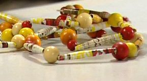 Halsband med pärlor av papper, detalj