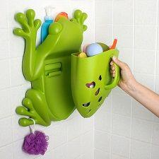 Frog Pod è l'organizer da bagno pratico e colorato. Il corpo della rana è un contenitore dotato di manico per raccogliere in un colpo solo tutti i giochi del vostro bambino dalla vasca, sciacquarli e riporli ad asciugare. E' possibile fissare la base alle piastrelle con le viti o con un adesivo extra-forte. La parte superiore è dotata di una mensola su cui appoggiare i prodotti da bagno, mentre le zampette sono dei pratici ganci per spugne e lavette.