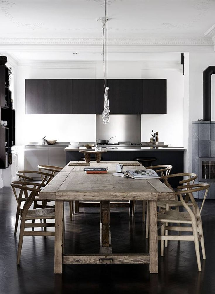 #reforma #cocina en vivienda rehabilitada, muebles color carbón, isla para barra y fregadero, paredes de color blanco y suelo de parqué tinte oscuro.