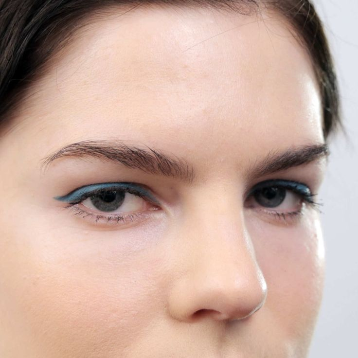 Beauty GIF: How to Wear Teal Eyeliner