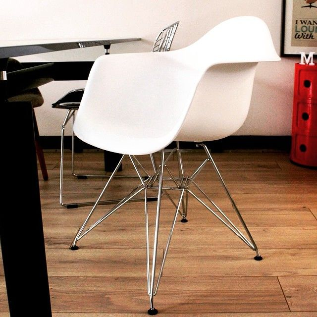 77 best l 39 univers meubles design meubles design 39 s for Reproduction chaise eames