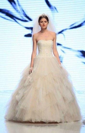 La Sfilata di Abiti da Sposa Nicole 2015 è ispirata da Audrey Hepburn Abiti da Sposa Nicole 2015 balze