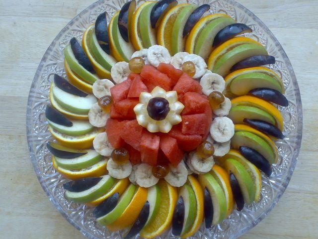 http://www.maroc.nl/forums/wie-schrijft-blijft/243024-%2A%2Ainsaans-keuken-banketbakkerij%2A%2A.html  Fantastische fruitsalade ! 2 sinaasappels in schijven 2 appels in schijven 3 pruimen in schijfjes 2 bananen in plakjes watermeloen in stukjes Voor garnering zijn citroen en gekonfijte kersjes gebruikt.