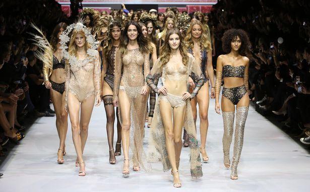 Foto-Foto Etam Live Show Lingerie Paris Fashion Week Model Berbusana Transparan  Berikut foto-foto hot Model seksi lingerie berbusana transparan kelihatan puting payudaranya di Etam Live Show Lingerie Paris Fashion Week.