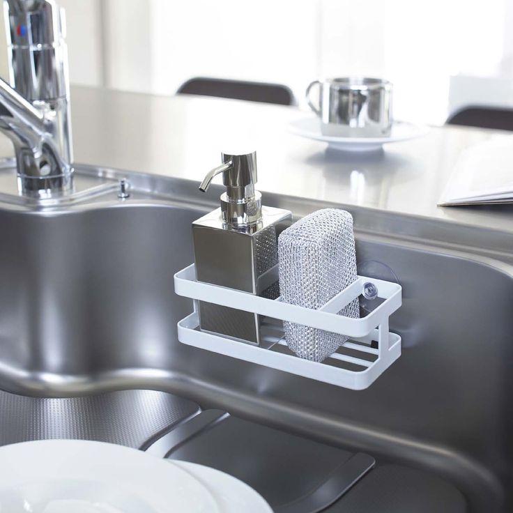 シンプルで使いやすい「スポンジ&ボトルホルダー タワー」のご紹介です。吸盤を使用してシンクや壁面に貼り付けても、シンクの上に置いてもご使用いただけます。ご家庭のキッチンに合わせて使い分けしていただけます。仕切りがあり、ボトルとスポンジを接すること無く収納できて衛生的。底面も細いフレーム2本で構成されているので水切れも良く、スポンジを清潔に保つことが出来ます。  ■SIZE:約W18XD8XH6cm  #home#キッチン#スポンジ収納#吸盤#洗剤収納#シンク#キッチン収納#見せる収納#収納術#モノトーンインテリア#整理整頓#整理収納#暮らし#丁寧な暮らし#シンプルライフ#おうち#収納#シンプル#モダン#便利#おしゃれ #雑貨 #yamazaki #山崎実業