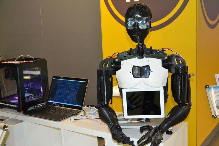 Fabrication d'un buste de robot  dynamique à l'aide de l'impression 3D.  Réalisation d'un démonstrateur complètement câblé à l'aide de produits Axon'Cable. Les bras du robot sont commandés par une carte arduino. Un buste et une tête robotisés font les mouvements en direct d'une main filmée alors qu'un capteur permet de faire bouger les doigts du robot en direct.