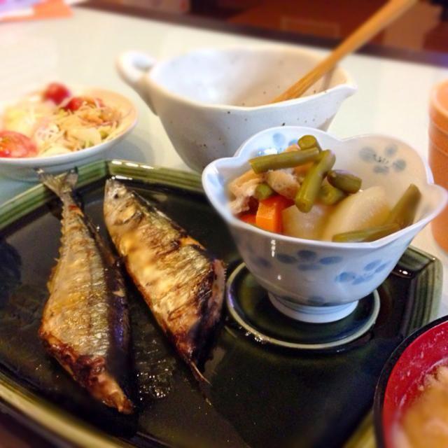 ここ最近ハンバーガーやステーキなど肉料理が続いていたので和食が食べたくなりました。  さんまと煮物、納豆、ジャガイモの味噌汁、玄米、カニカマ入りのサラダです。 - 84件のもぐもぐ - さんまと煮物 by nozomi717