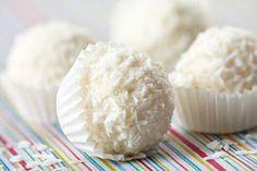 Nog beter dan witte chocolade: makkelijk recept om witte truffels te maken zodat je snel kan genieten van zelf gemaakte pralines met tips om allerlei verschillende smaken toe te voegen.