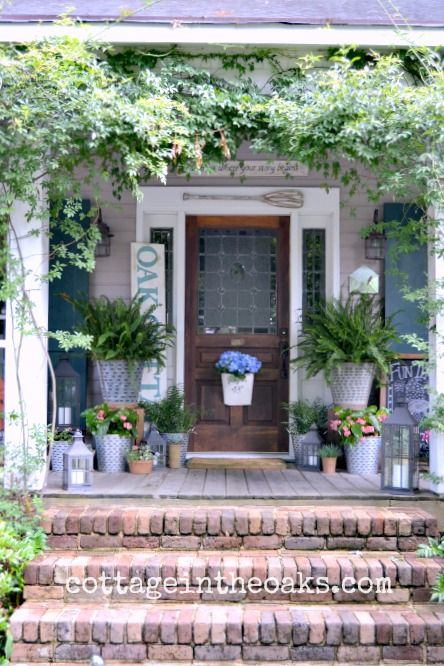 @cottageintheoak's summer front porch decor creates a space that is welcoming to everyone who approaches. /ES