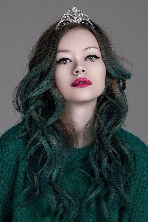 leave-all-your-loving-behind:  Dark green hair! no We Heart It. https://weheartit.com/entry/81094489/via/mirella_braga