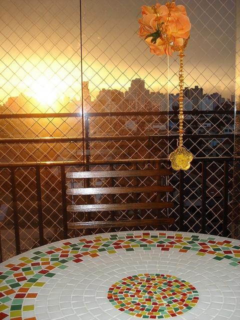 Mesa de Mosaico na Casa de uma Cliente by ALÉM DA RUA ATELIER/Veronica Kraemer, via Flickr
