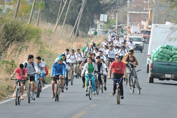 Alumnos y alumnas del plantel La Piedad del Conalep Michoacán salieron a las calles de ese municipio para practicar deporte.Los contingentes estuvieron conformados por 235 jóvenes, quienes estuvieron acompañados de ...