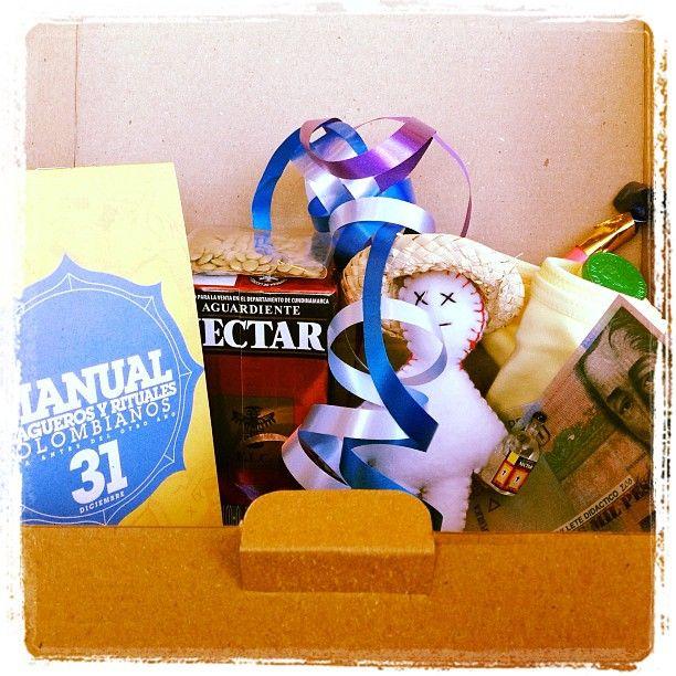 Kit de Año Nuevo: manual de agüeros, muñeco de año viejo, 250 ml de aguardiente, moneditas de chocolate & billetes de mentiras, pito, calzones amarillos y paquetico de lentejas!!!