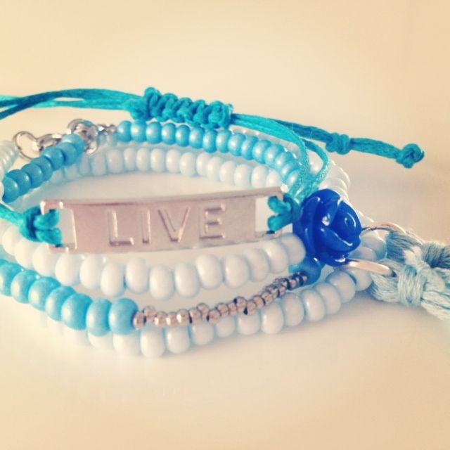 €8,95 Combinatie van 4 blauwe armbandjes.  1 armbandje elastiek. 2 armbandjes met sluiting.  1 armbandje koord.