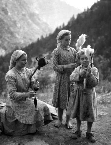 Takis Tloupas.Olympus mountain.Greece.Τα κορίτσια που γνέθουν στον Όλυμπο το 1955.φωτ.Τάκης Τλούπας