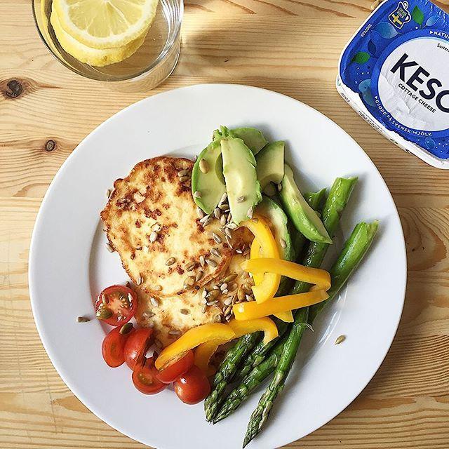 Hur man grejar snabb mat som inte är snabbmat? Dessa goda KESO® Cottage Cheese-plättar från @matkrabat slänger du ihop på ett nafs! Recept: 250 g KESO® Cottage Cheese 2 ägg 1 msk mjöl Lite salt Stek som plättar i smör och/eller olja och servera med grönsaker, frön eller annat kul som finns hemma. Klart på fem minuter och alltid lika gott. Dröm! #arlakeso