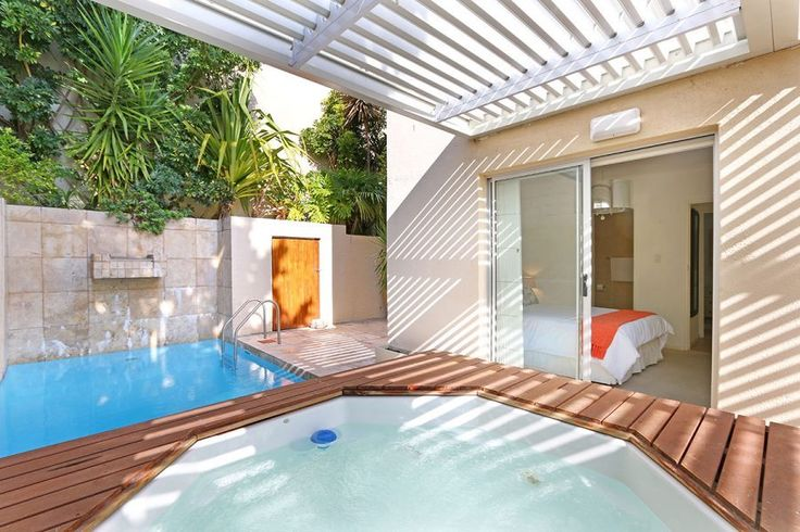 Arthurs Place has it all, with a great location and the perks of having both a jacuzzi and pool for your private use! Situated in a small, quiet and well-maintained block in Sea Point with some sea views from the patio (over rooftops).