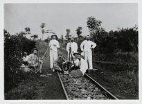 Werknemers van suikeronderneming Kali-mati op jacht, vermoedelijk bij Batang