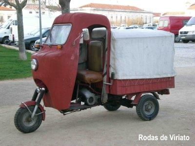 Um triciclo motorizado da Famel, pintado no vermelho típico.