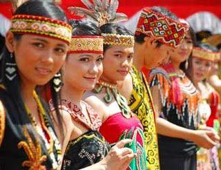 Wisata Menarik Kalimantan Tengah – Kalimantan Tengah merupakan salah satu provinsi terbesar di Indonesia dengan total luas 153.564 km2 atau sepertiga dari jumlah Pulau Kalimantan, atau sama dengan Jawa dan Pulau Madura. Sebagian besar wilayah Kalimantan Tengah adalah hutan ( 80 % ), rawa ,sungai dan lahan pertanian.
