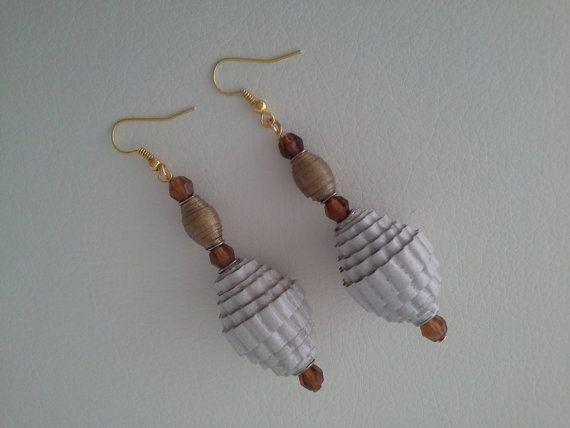 Orecchini luminosi e leggeri con perle di carta  di Acasaconmanu
