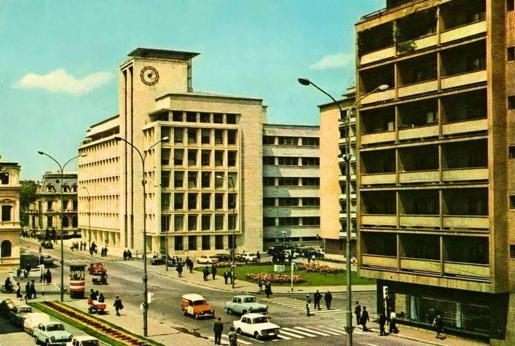 """1969 Sediul Administrației Autonome a Monopolurilor de Stat (fost Comitetul de Stat al Planificării, azi Ministerul Industriilor), construit după planurile arhitectului Duiliu Marcu, între anii 1934-1941. În 1950, copia statuii """"Alergătorii"""" (sculptor Alfred Boucher) - în centrul imaginii a fost mutată din fața Ateneului. Un alt amplasament a fost intrarea principală a stadionului Dinamo, statuia revenind după 1990 pe Calea Victoriei."""