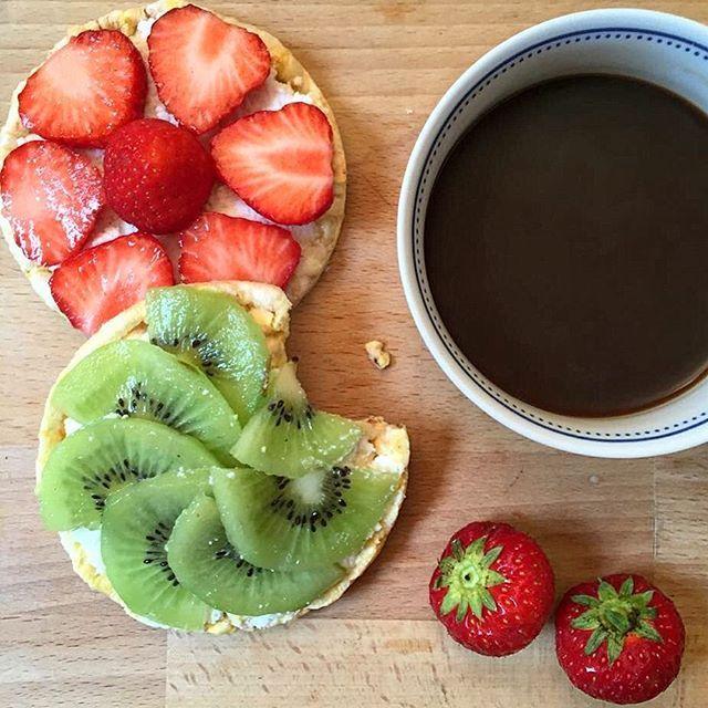 #buonadomenica con le ultime #fragole e i primi #kiwi per una #colazionechesadivacanza a #colori, #buongiorno!