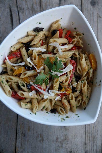 Buono a sapersi: preparate l'insalata di pasta un paio d'ore prima di servirla, sarà più gustosa. Tiratela fuori dal frigo mezzo'ora a un'ora prima di servirla in modo che tutti gli ingredienti possano sprigionare il loro sapore. Ingredienti per 4 persone: 250gr di penne rigate integrali, 1 vasetto di peperoni grigliati sott'olio, 50gr di pinoli, pomodorini confit, 50gr di olive nere snocciolate, scaglie di parmigiano. Per il pesto: un mazzetto di prezzemolo, 50gr di parmi...