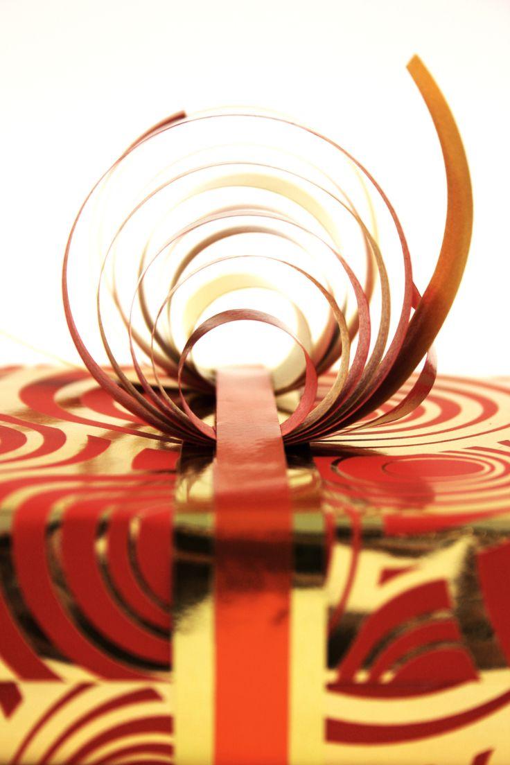 Leuk origineel inpak idee voor op een mooi cadeau!  #giftwrapping #inpakken #cadeau #kado #gifts #presents #wrapping #bow #giftpaper #krullint #curl  Made by Veldhuis Mooi Cadeaupapier www.cadeaupapier.com