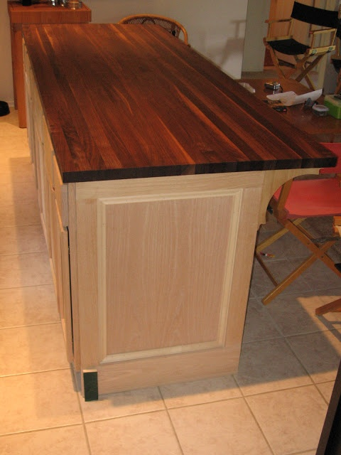 Dusty Coyote: DIY Kitchen Island  love the detail of the connectors  to the island and counter