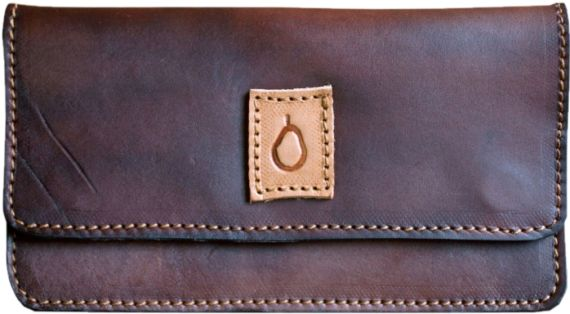 BROWN TOBACCO CASE  This tobacco case is made of hand-colored natural leather.  Color and hue of Disappear's products may be slightly different from one to another due to the nature of the material and manufacturing. This makes each disappear creation unique.  Dimensions: 15,5cm x 8cm (contains a 30g tobacco package)  -  PORTATABACCO BROWN  Portatabacco realizzato in cuoietto naturale colorato a mano. I colori e le sfumature delle pelli dei prodotti Disappear possono subire delle leggere…