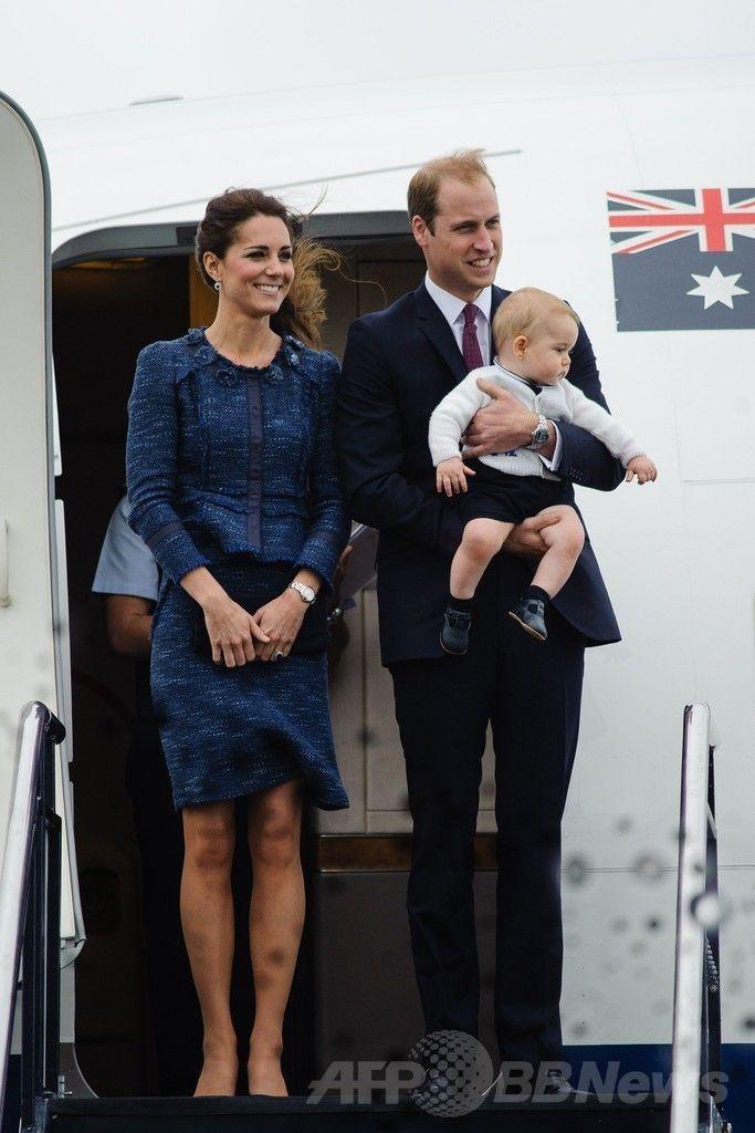 ニュージーランド滞在を終え、ジョージ王子(Prince George)を抱いてウェリントン(Wellington)国際空港から豪シドニー(Sydney)に向かう飛行機に乗り込む英国のウィリアム王子(Prince William、右)とキャサリン妃(Catherine, Duchess of Cambridge、左、2014年4月16日撮影)。(c)AFP/POOL/MARK TANTRUM ▼16Apr2014AFP|ウィリアム英王子一家、NZから豪州入り http://www.afpbb.com/articles/-/3012781 #Wellington #PrinceWilliam #Catherine #DuchessofCambridge #PrinceGeorge