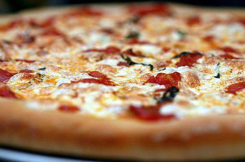 Glutenfri og melkefri pizza med tykk og saftig bunn - http://www.mytaste.no/o/glutenfri-og-melkefri-pizza-med-tykk-og-saftig-bunn-3102003.html