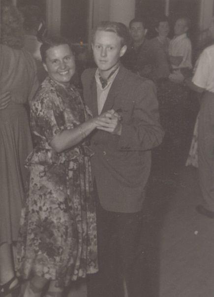 Krzysztof Komeda tańczy na swoim balu maturalnym z mamą, fot. ze strony komeda.pl/muzeum