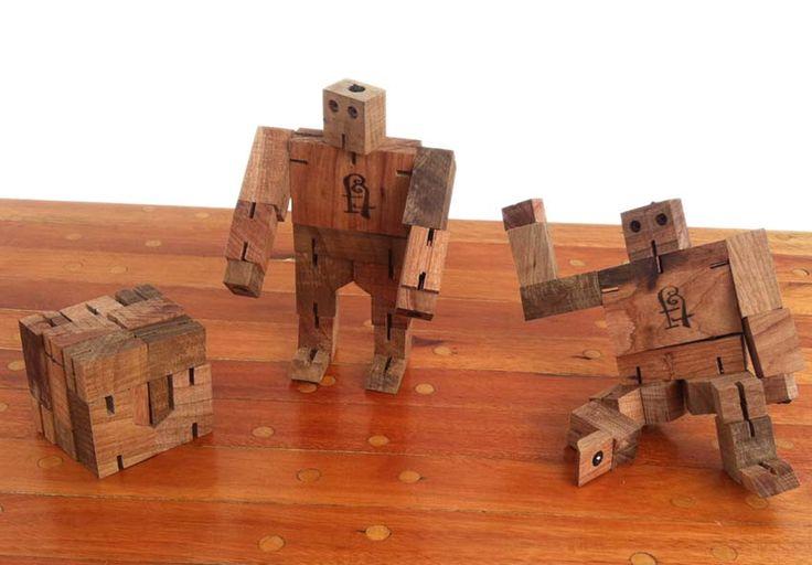 Edad: 4 años o más.  Materiales: realizados con diferentes madera de troncos de poda. Descripción: mueven todas las articulaciones y tiene la capacidad de transformarse en un cubo. Además de estimular la imaginación de los niños, estimula la motricidad y el ingenio para poder transformarlo. Medidas: 20 cm. de alto. EN STOCK