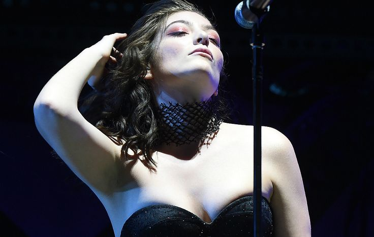 Source: Lusitanya City: 08.The Louvre – Lorde (Glastonbury 2017)